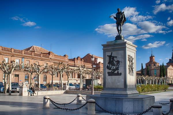 Plaza de Cervantes en Alcalá de Henares foto de Peinado Wikimedia Commons